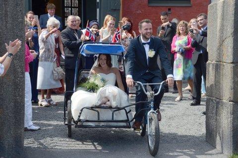 Kaja Vidsten Kristoffersen og Aleksander Strøm ved Fredriksvern kirke etter vielsen