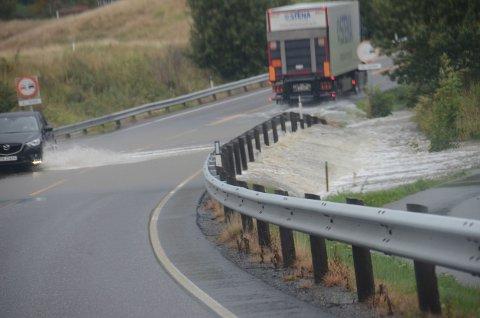 Vannet flommet over Stavernsveien torsdag formiddag. Nå er deler av veien stengt for trafikk