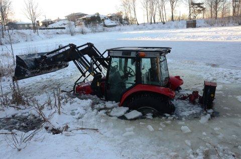 Traktoret står på 1 meters dyp etter at den gikk gjennom isen mandag