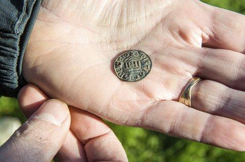 Veldig sjelden: Denne frankiske mynten fra 820–830 ble funnet på jordet på Sanni i Brunlanes for en uke siden. Funnet betegnes som ganske unikt i Vestfolds historie. – Vi har kun funnet én slik tidligere i Vestfold, en på Kaupang, samt en halv mynt på Nøtterøy, sier fylkesarkeolog Ragnar Orten Lie. Foto: Bjørn Jakobsen