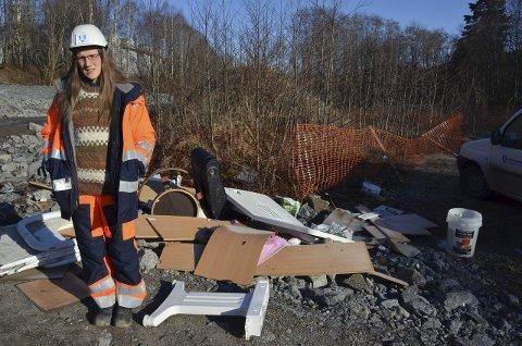 Skuffet: Tonje Brommeland Olstad i Larvik kommune synes det er trist at folk skal ødelegge ved å kaste fra seg søppel på denne måten. Foto: Bjørn-Tore Sandbrekkene