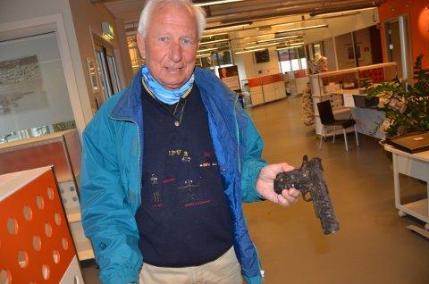Terje Anthonsen i Velstelt fant denne pistolen ved Bøkkerfjellet onsdag