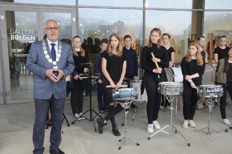 Åpnet: Ordfører Rune Høiseth åpnet utstillingen i Bølgen sammen med et ensemble fra Brunla ungdomsskole.