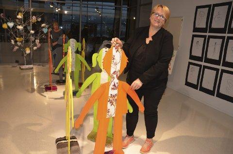 Fornøyd: Sissel Gro Johnson med et av de mange verkene som stilles ut i Bølgen og Sliperiet denne uken. Foto: Bjørn-Tore Sandbrekkene