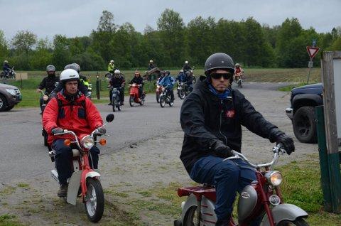 Entusiaster: Her noen av deltakerne fra mopedløpet i 2015.
