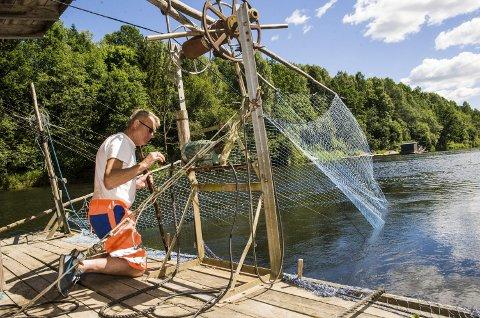 Venter: Det er mye venting skal man bli en god fisker. Fra mandag kveld til torsdag kveld er Bjørn Brathagen stort sett på flåten.foto: nils-erik kvamme