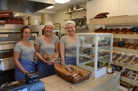 Ferske bakervarer på plass onsdag morgen. Fra venstre: Line Wisth, Regine Omlid og Rakel Omlid Wold