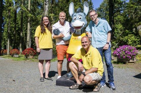 Suksessen foffa: – Det er Foffa som er selve stjerna på Foldvik familiepark, sier Helene og Sigmund Foldvik. Nå skal musikerne Per Arne Strandbakken og Tomas Siqveland (t.h.) lage flere sanger.