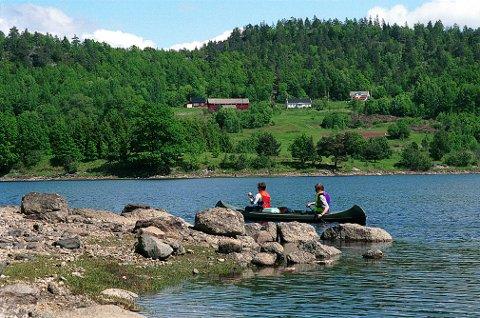 BJØRNØYA i Farris er med sitt areal på 2.478 dekar LARVIKs største øy, også medregnet de i saltvann. De to gårdsbrukene på øya baserer seg mest på skogbruk.
