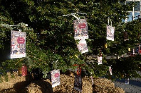 ØNSKETRE: Også i år henges det opp julegaveønsker fra barn i Larvik på treet på torvet. Det er Røde Kors som tar ansvar for ønsker, gaver og utdeling, men det finnes også flere organisasjoner som gjør sitt for at jula skal bli bra for flest mulig. (Arkivfoto)