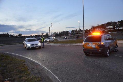 DIRIGERING: Her ble trafikken manuelt dirigert av senioringeniør Dler Jaf i Statens vegvesen etter sprengningsraset som sperret Fylkesvei 303, Tjøllingveien, onsdag kveld.