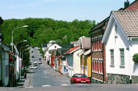 SVERRESGATE sett fra Greveveien mot Bøkeskogen. Til høyre i forgrunnen ser vi gavlen på Greveveien 11, som er langt eldre enn den øvrige bebyggelsen på bildet.