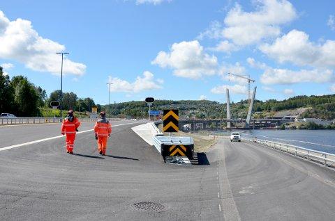 Oversikt mot brua: Farrisbrua blir et markant landemerke i enden av Farrisvannet. Til høyre går den fremtidige avkjøringen til Larvik nordfra.
