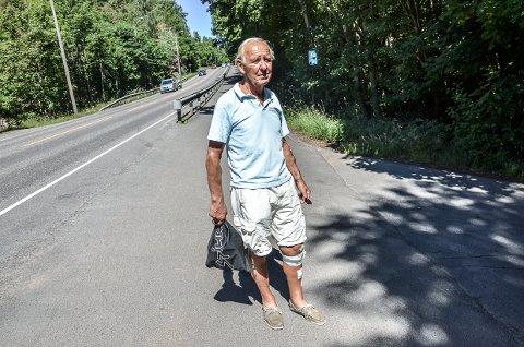 Skremmende: Torbjørn Anderssen er tilbake på stedet der han ble påkjørt av bil mandag ettermiddag. Fortsatt er han skremt av hendelsen.