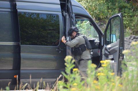 Stor sikkerhet: Politiets bombegruppe brukte nesten hele dagen torsdag på å undersøke og destruere rørbomben som ble funnet i en stjålet bil.