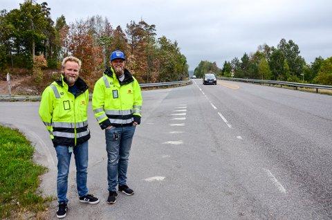 Blir lys: Ragnar Gjermundrød, til venstre, og Truls Jacobsen fra Statens vegvesen gleder seg til å slå på lys på det som til nå har vært en bortimot mørklagt Stavernsveien.