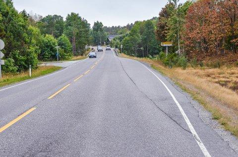 Blir borte: Forbikjøringsfeltet ved Holmejordet, til høyre i bildet, blir nå borte. De to nye holdeplassene for buss blir etablert sør for krysset (bak i bildet).