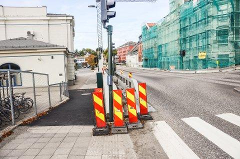 Snart klart: Beskyttelsesgjerdet ut mot gata skal snart fjernes, og dermed er Storgata tilbake til normalen igjen.