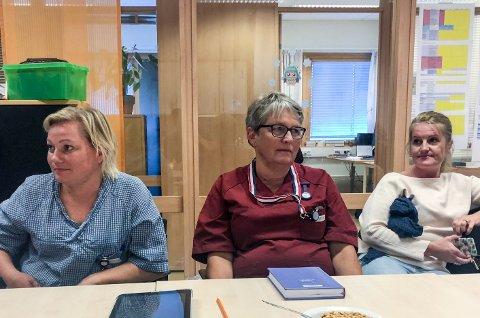 SKJELETT: Peggy Eriksen (i rødt) fikk unison støtte fra kollegene da hun oppsummerte hva de ansatte i hjemmetjenesten tenker om nye kutt. - Du kan ikke slanke et skjelett, sa Eriksen.