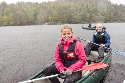 Trivdes: Linn Alexandra Ovenstrad, til venstre, og Helene Steinsholt syntes ikke regnværet ødela for en morsom kanotur i Farris.