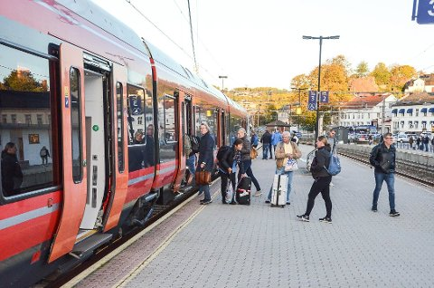 DOBBELTSPOR: Det er mange togavganger mellom Larvik og Porsgrunn i døgnet, men tilbudet på morgenen er ikke så bra som busselskapet Nor-Way bussekspress trodde da de flyttet sin holdeplass vekk fra Larvik stasjon.