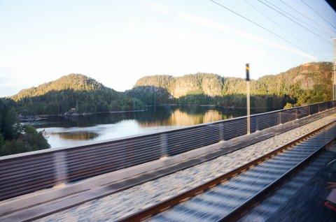 Kort utsikt: Kun noen få sekunder, men lørdag kan du gratis nyte utsikten fra Langangen bru fra togvinduet. (Det korrekte skal være Hallevannet bru)
