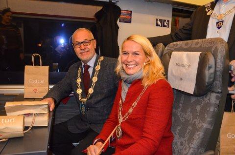 På første tur: Ordfører i Larvik, Rune Høiseth, og Skiens ordfører Hedda Foss Five under den aller første turen på det nye sporet natt til mandag.
