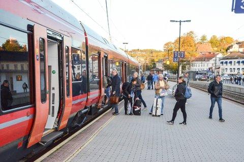 Helt gratis: Her er det første toget fra Larvik til Porgrunn på den nye strekningen klar til avgang mandag morgen. Lørdag kan du være med gratis, og gjerne kjøre strekningen flere ganger.