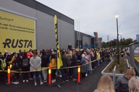 SUKSESS: Det var mange mennesker utenfor dørene da Rusta åpnet butikken på Øya. Nå har den svenske kjeden vokst til 33 butikker i Norge og omsetter for en milliard kroner i året her i landet.