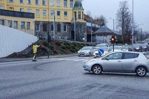 KØDANNELSER Søndag ettermiddag var det lange køer flere steder i sentrum. Ved undergangen til Stavern var veivesenets folk på plass for å dirigere trafikken.