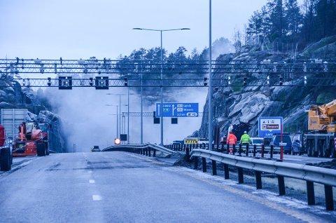 ALVORLIG HENDELSE: Steinraset sist fredag har fått store konsekvenser. Her fra sprengningen tirsdag morgen.