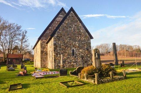 BLIR MØRK: Berg gamle steinkirke i Brunlanes har vært mørklagt lenge. Nå blir det også mørkt rundt kirken gjennomjulen.