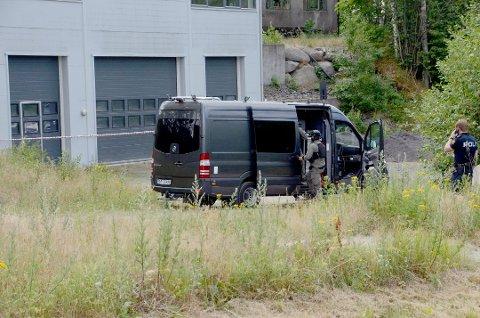 BOMBE: Politiets bombegruppe fra Oslo rykket ut etter funnet av en stjålet bil på Bommestad i fjor sommer. Inni fant de en hjemmelagd rørbombe, lagd av en 26-åring fra Larvik. Arkivfoto: Bjørn-Tore Sandbrekkene