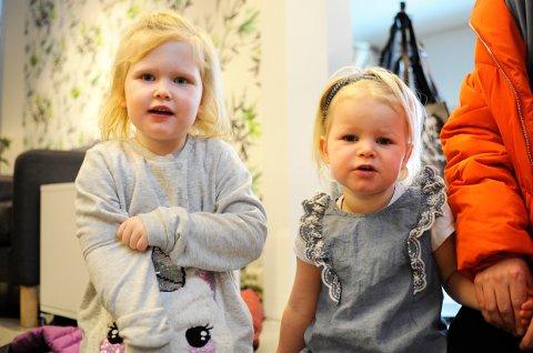 Fiona Høeg Lorentzen (3,5 år) og Marie Høeg Islann (3 år) syns det var gøy på trylleshow. -Han var veldig morsom og rar!