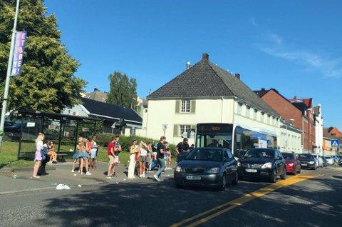 BUSS: Det var fulle busser og køer med folk som ikke fikk komme på bussen under den første festivaldagen torsdag. VKT endrer imidlertid ikke på opplegget til i dag.