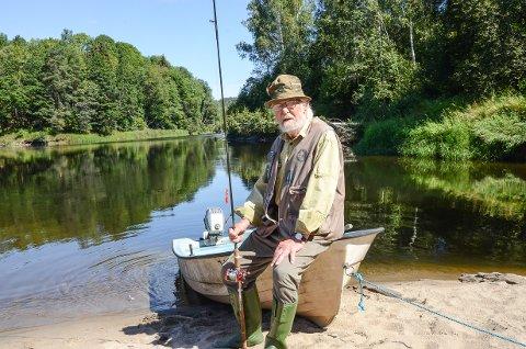 FAST STED: 90 år gamle Bent Roald Nissen har funnet sitt paradis i Lågen i Hedrum.