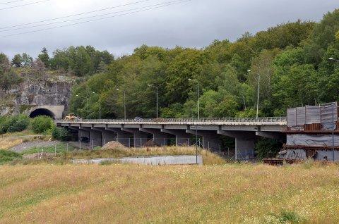 RIVES NÅ: Viadukten, brua, på gamle E18 skal rives alt neste uke.