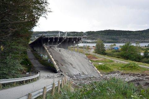 I RUTE: Arbeidet med å rive den gamle viadukten på E18 er nå godt i gang.