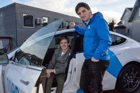 SNART «LAPPEN»: Lars Iver Heggem (17) er i full gang med å ta førerkortet. Han skal få seg førerkort for manuelt giret bil, men synes likevel det er stas å kjøre en Tesla som har autopilot. Her er han sammen med trafikklærer Harald Hodne Hermundsplass hos Topp Trafikkskole.