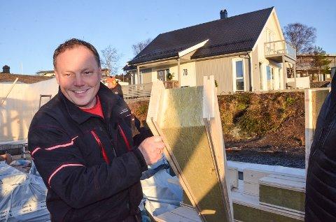 NYTT: Oddbjørn Jørgensen hos Jørgensen & Kemkers viser fram produktet som er noe av nyeste innenfor norsk byggeteknikk.