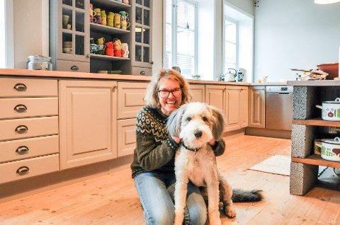 FLYTTER: Annette Toresdatter og hunden Timian stortrives i den gamle pølsefabrikken. Men boligen på 244 kvadratmeter har blitt for stor for dem.