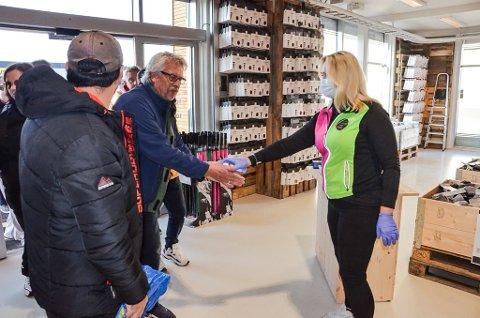 STRØMMET PÅ: Berit Hansen Winther sørget for at Otto Olsen fikk rikelig med antibak før han fikk entre den nye butikken på Øya.