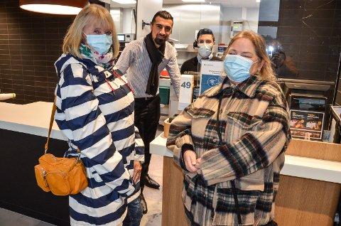 FORNØYD: Lisbeth Jensen, til venstre, og Bente Eng er ofte på besøk hos McDonald's på Nordbyen. – Nå har det virkelig blitt bra her, sier de to. Bak fra venstre: Daglig leder Darin Fakhir og ansatt Arkan Farhad.