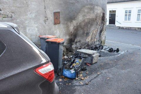 KUNNE TATT FYR: Den tiltalte 29-åringen innrømmer å ha tent på søppelbøttene i portrommet til Sigurds gate. Der klarte de som bor der å slokke brannen selv.