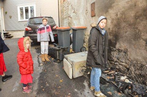 HANDLET RASKT: Nicolas Da Silva Timm (13) forsto med en gang hva som var i ferd med å skje. Så handlet han lynraskt. Trolig har han forhindret brann i både bil og bolig. Her er han sammen med søstrene Ingrid og Jasmin, dagen etter at det brant.