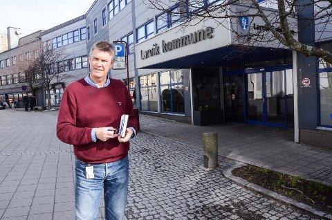 MÅTTE KLUBBE: Ordfører Erik Bringedal måtte fram med klubba da han mente Hallstein Bast gikk over streken i onsdagens formannskap.
