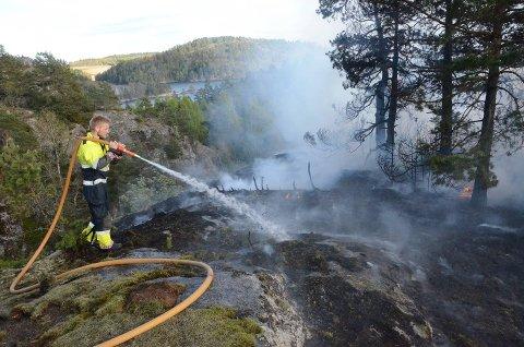 NÅ ER DET TØRT: Brannsjefen i Larvik ber alle om å unngå å tenne bål og å bruke engangsgrill langs kystn.