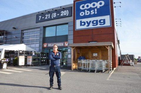FIKK HINDRET TYVERI: Snarrådig innsats fra varehussjef Oddarne Knutsen og ansatte hos Coop Obs bygg ved Elveveien i Larvik sørget for at godt planlagt tyveri ble avverget.