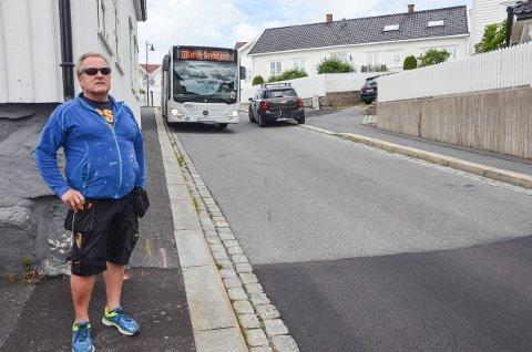 SVÆRT TRANGT: Personbilen måtte her opp på fortauet i møtet med bussen. - Tenk deg da hvis buss og lastebil møtes her, sier Arild Gundersen.
