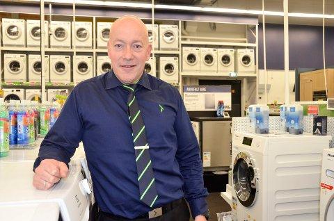 DELTID: Anders Langsem (47), varehussjef hos Elkjøp på Pindsle sier at det er helt vilt med så mange søkere og håper å finne rett kandidat til deltidsstillingen i den store søknadsbunken.